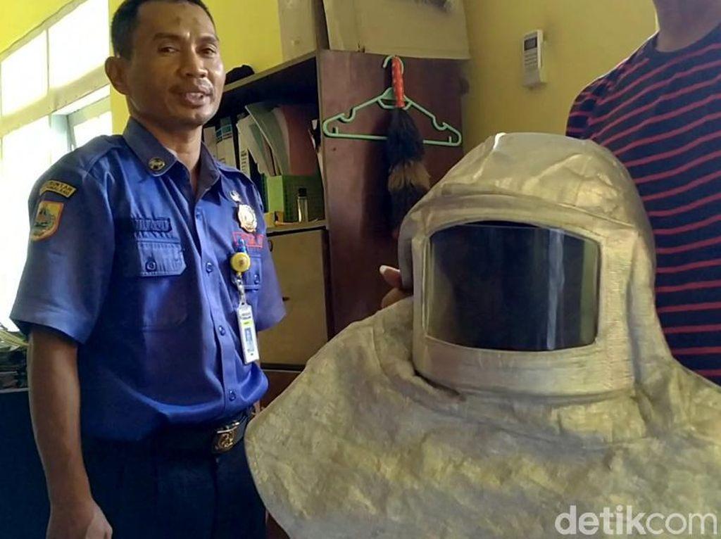 Ini Dia Peralatan Tempur Damkar saat Basmi Tawon Vespa