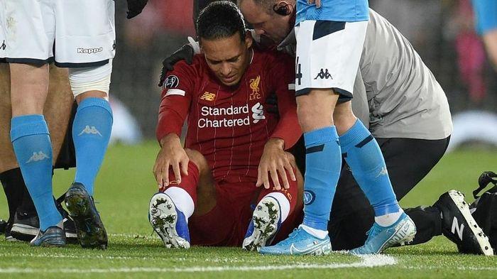Virgil van Dijk (Liverpool) menggugat gol Napoli dalam hasil seri 1-1 di Liga Champions. Foto: Oli Scarff / AFP Photo