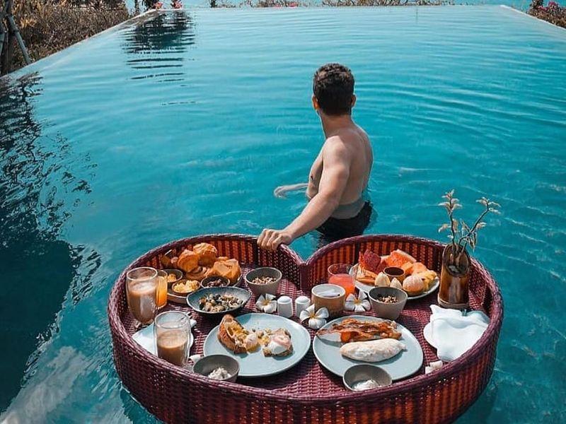 Selama di Uluwatu, Lorenzo tampak menikmati berenang di kolam yang langsung menghadap ke laut. Ia juga memposting menu sarapannya yang unik (@jorgelorenzo99/Instagram)
