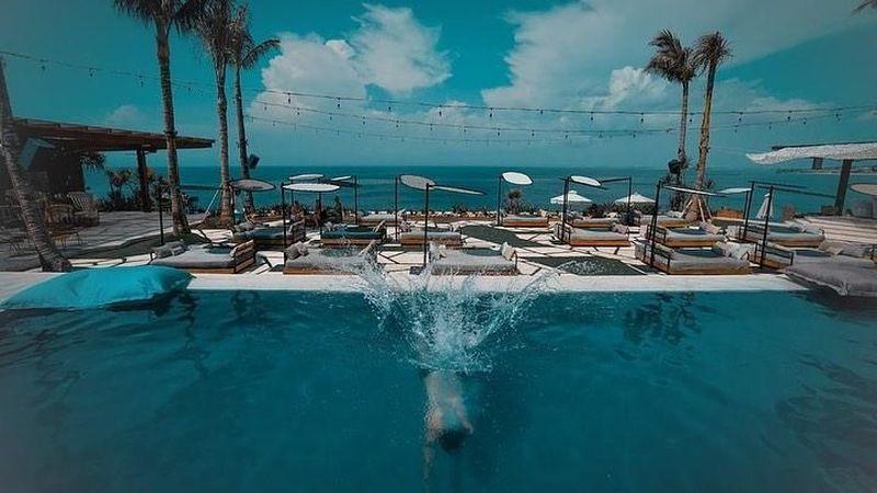 Byur! Salah satu cara menghilangkan rasa lelah memang bisa dilakukan dengan berenang seperti ini (@jorgelorenzo99/Instagram)