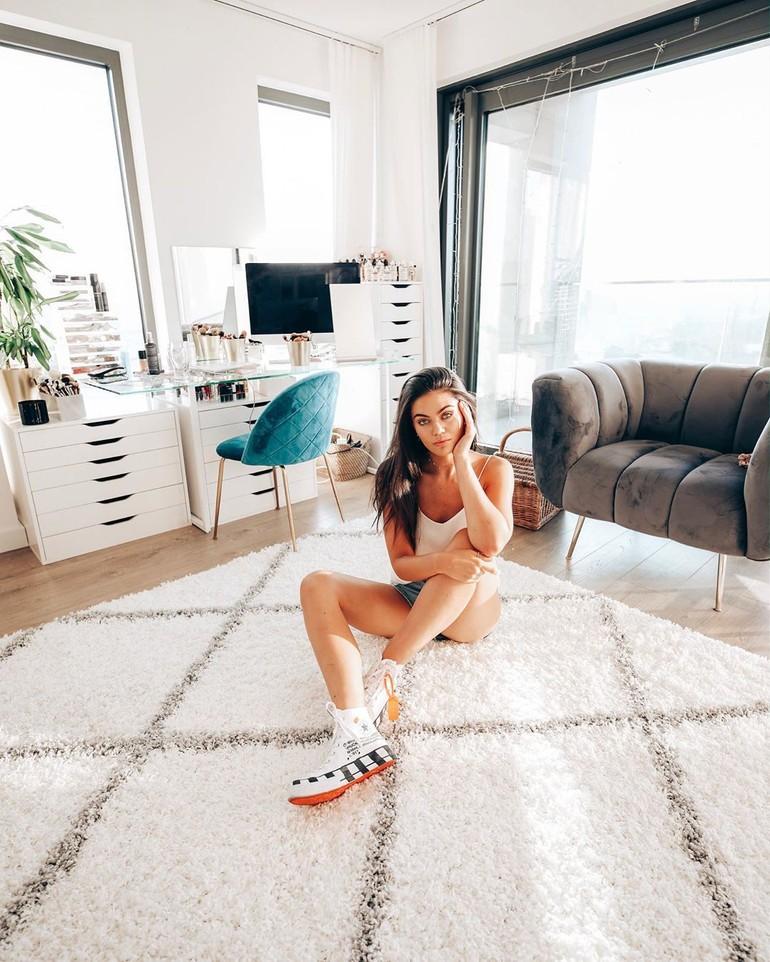 Setelah itu, Emily pun mulai mengunggah video ke YouTube karena banyak menghabiskan waktu di rumah. Sering buat lalu hapus video, setelah enam bulan Emily mulai mengunggah video pertama dan menyukainya sebagai hobi. Foto: Instagram @emilycanham