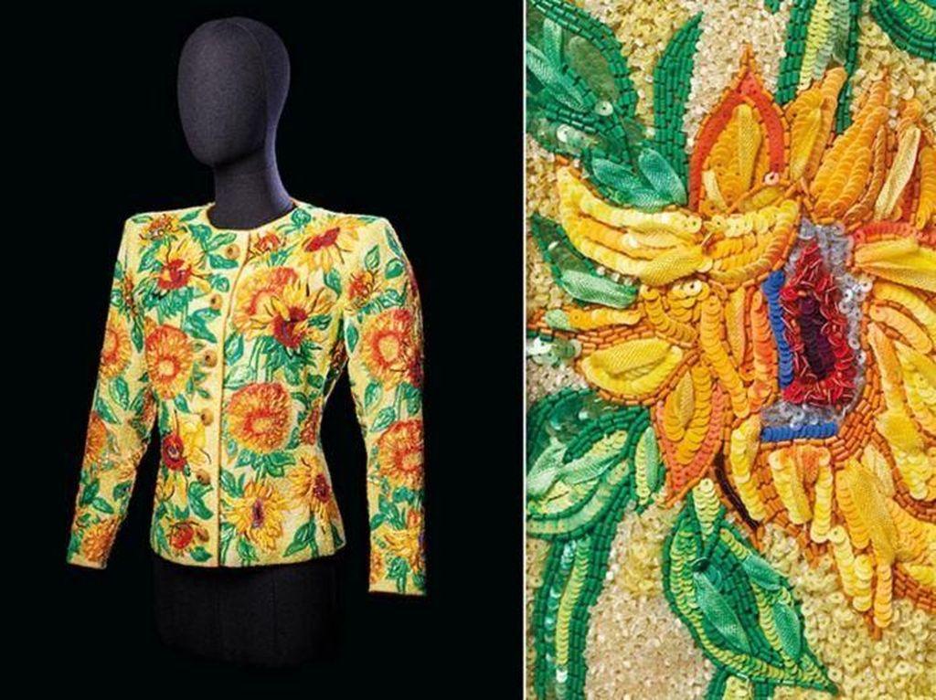 Dilelang, Jaket Yves Saint Laurent Bergambar Lukisan Van Gogh Terjual Rp 8 M