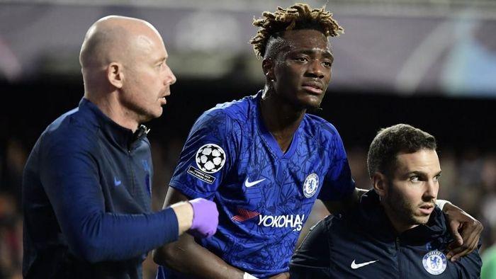 Tammy Abraham mengalami masalah pada panggulnya saat Chelsea menghadapi Valencia di Liga Champions (Foto: JAVIER SORIANO / AFP)