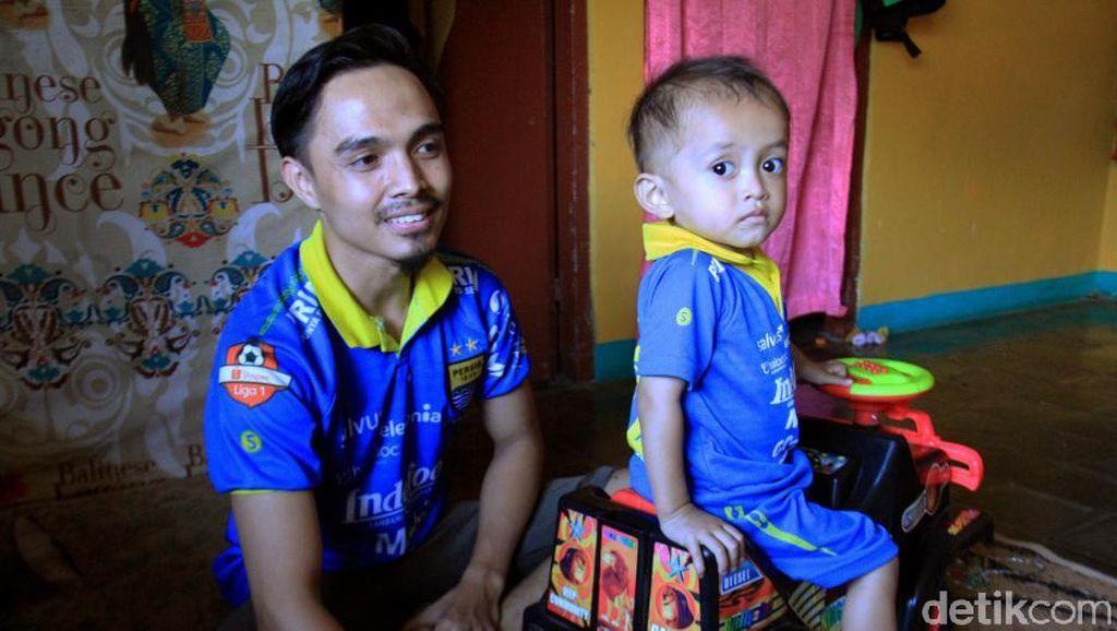 Driver Ojol Ini Ngojek Sambil Gendong Anak