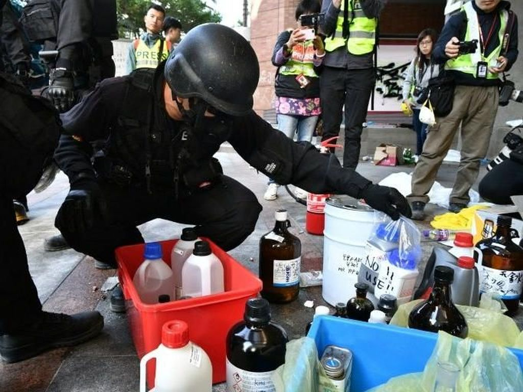 Polisi Hong Kong Masuk ke Kampus PolyU Usai 11 Hari Pengepungan