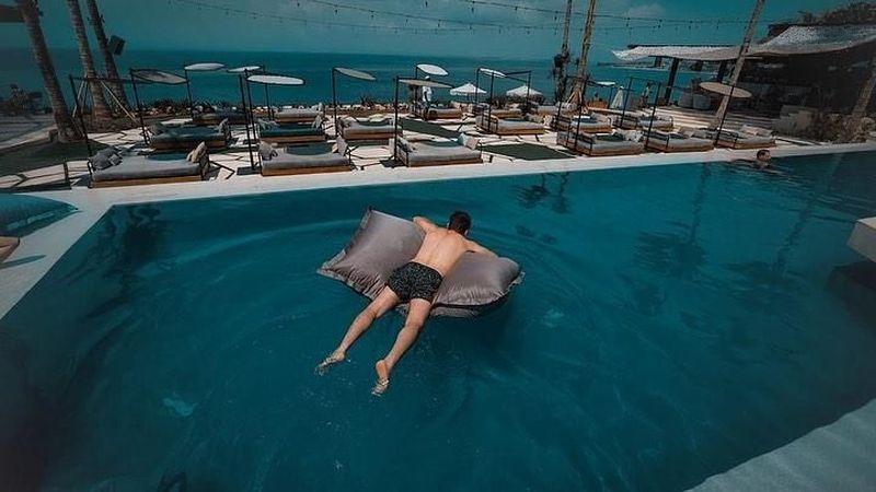 Lorenzo juga santai rebahan di atas kasur air seperti ini (@jorgelorenzo99/Instagram)