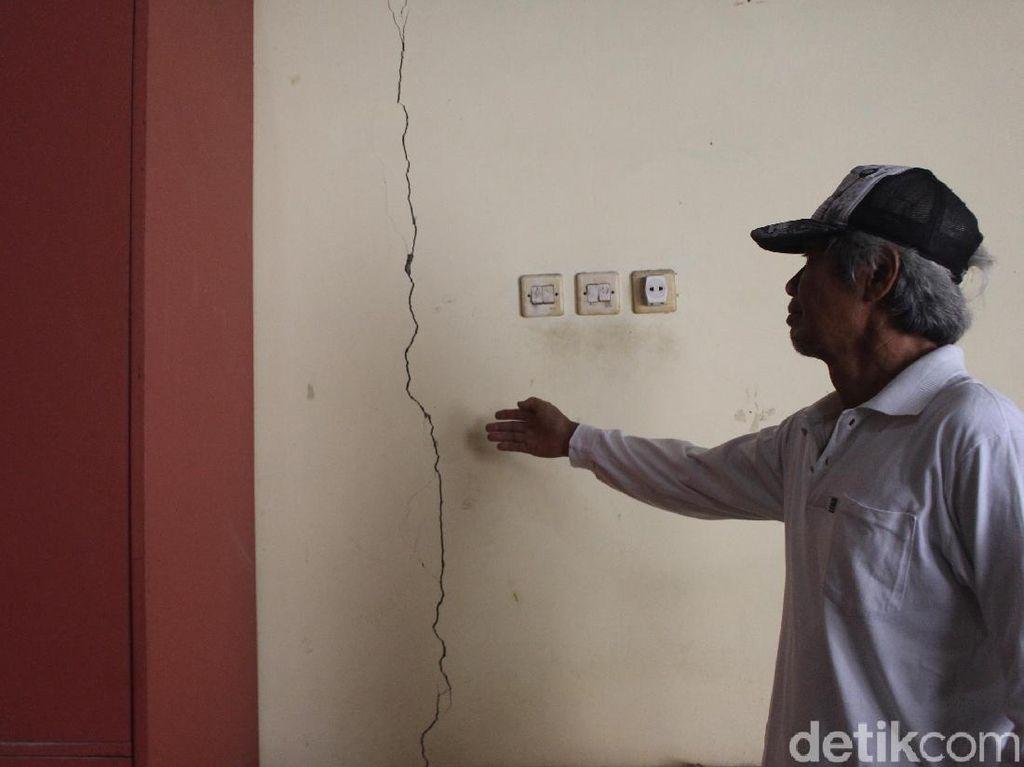 Warga Sidoarjo Protes Pembangunan Apartemen yang Bikin Rumah Retak-retak