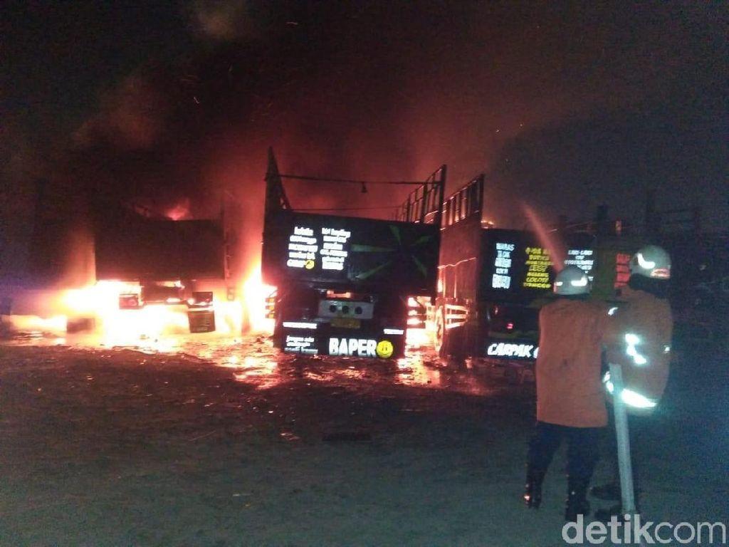 Lahan Kosong Setengah Hektare Terbakar, 6 Truk Terparkir Ludes Dilalap Api