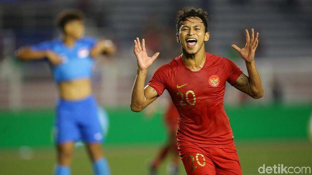 Osvaldo Haay merayakan golnya ke gawang Singapura