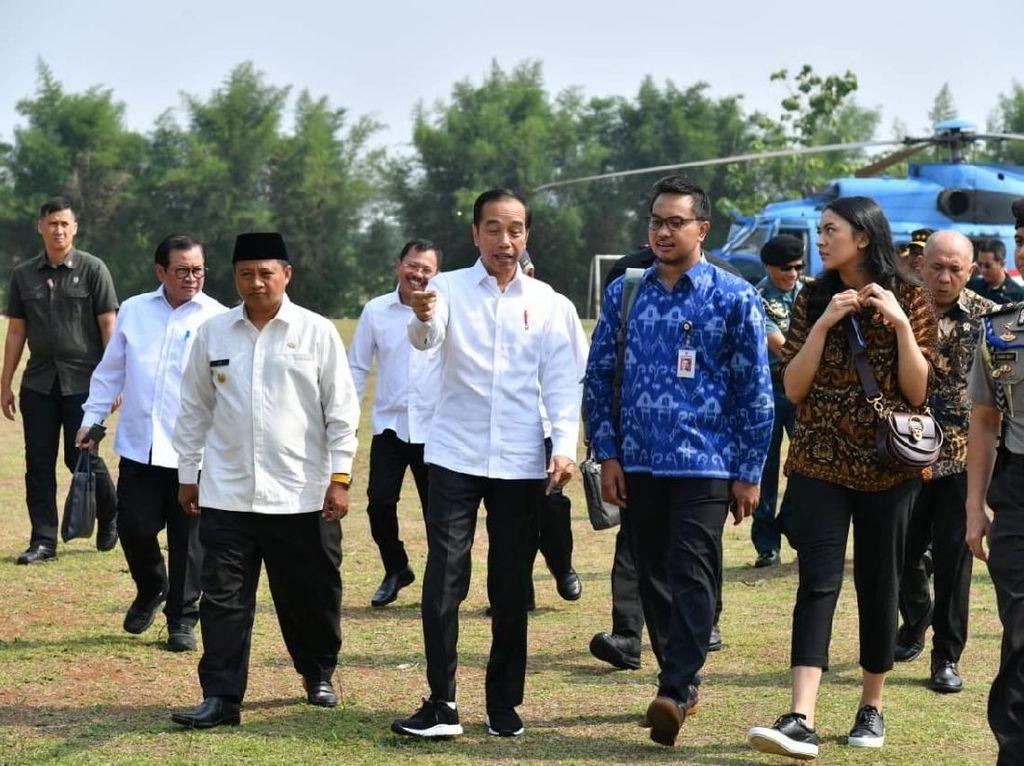 Jokowi Ungkap Alasan Ajak 2 Stafsus Milenial Kunker ke Subang