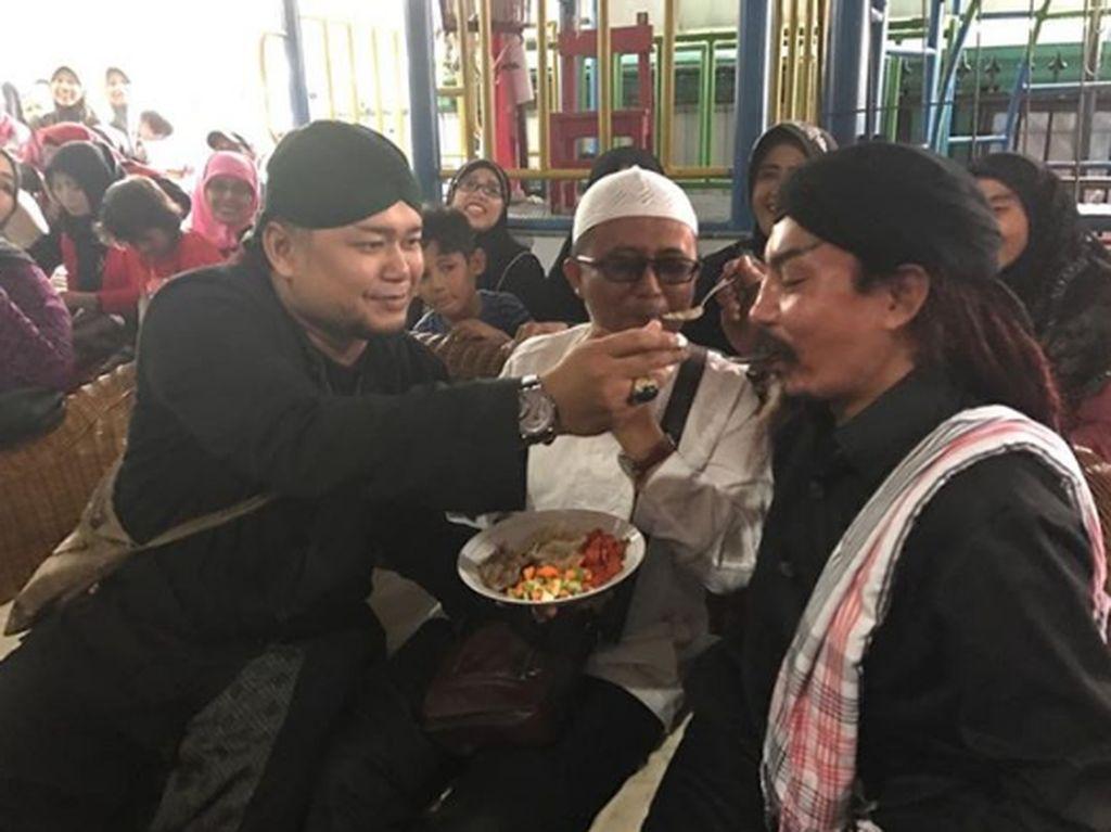 Kedua Istrinya Berseteru, Master Limbad Tetap Seru Kulineran