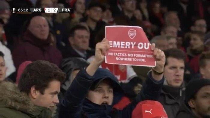 Para fan Arsenal sudah menyuarakan agar Unai Emery di Emirates Stadium saat Arsenal kalah 1-2 dari Eintrancht Frankfurt. Hasil ini membuat mereka tak pernah menang di tujuh laga terakhir (Foto: istimewa)
