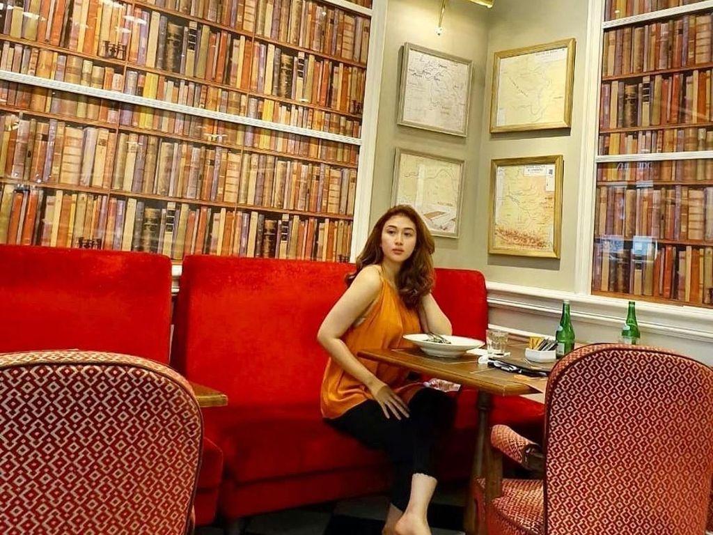 Kenalan dengan Shella O, Asisten Hotman Paris yang Cantik dan Doyan Ngopi