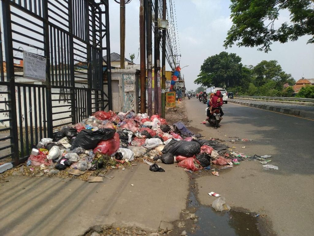 Jorok! Tumpukan Sampah Ditemukan di Tepi Jalan Cibinong Bogor