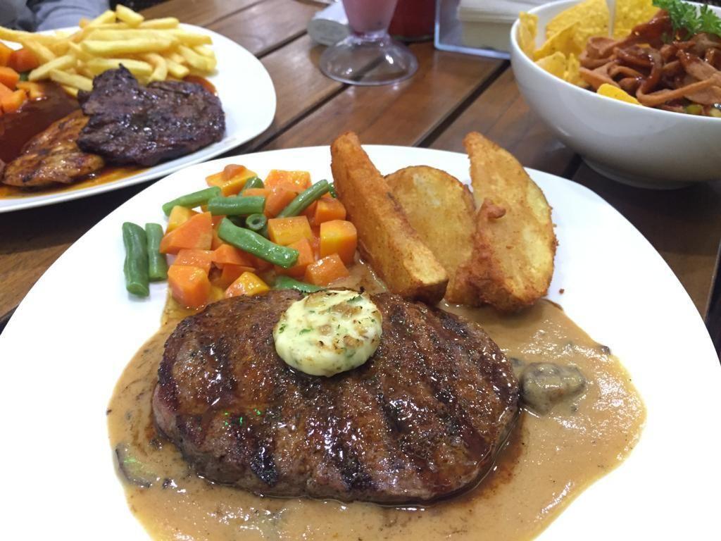 Karniv.012: Puas Makan Rib Eye Steak Berbalur Bumbu Kopi dan Saus Mentega