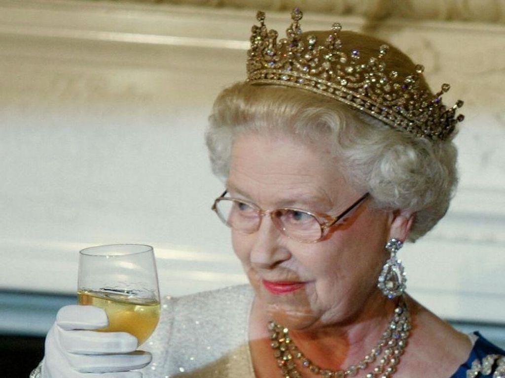 Ternyata, Ratu Elizabeth Lebih Suka Minum dengan Es Batu Berbentuk Bulat