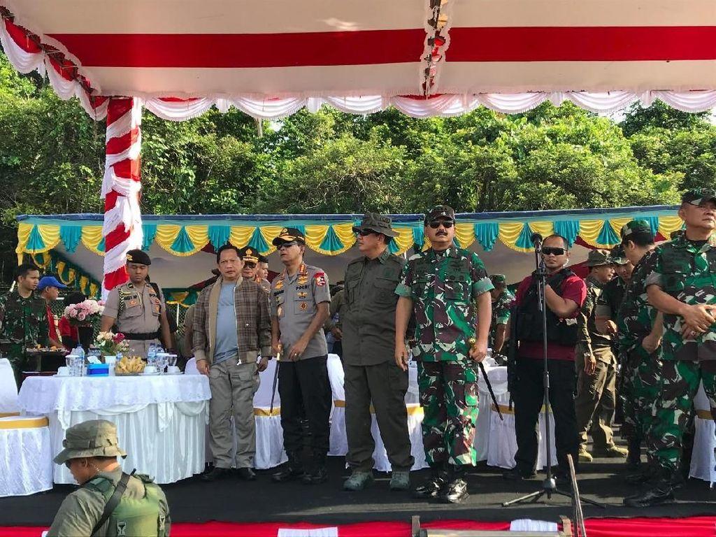 Panglima-Kapolri Saksikan Penerjunan Prajurit Bawa Hadiah Natal di Papua