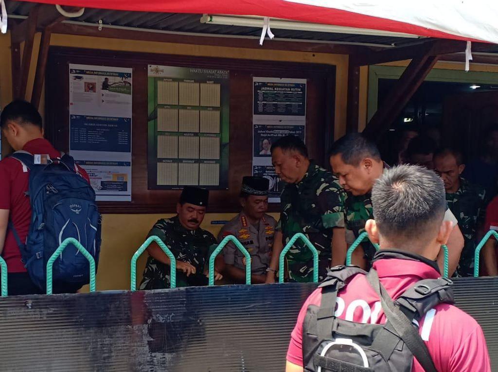 Usai Cek Pos Satgas, Panglima TNI-Kapolri Salat Jumat di Tembagapura