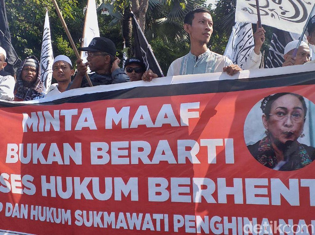 Massa Aliansi Umat Islam di Surabaya Tuntut Sukmawati Diadili