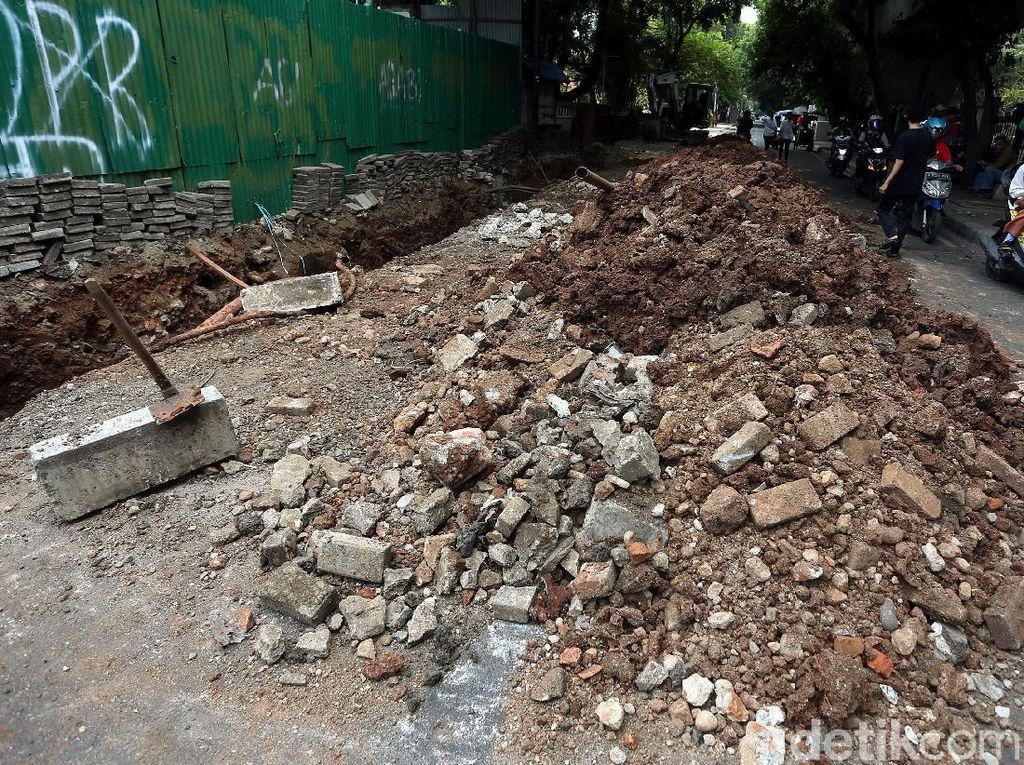 Potret Tumpukan Tanah Galian yang Menutupi Jalan di Cikini