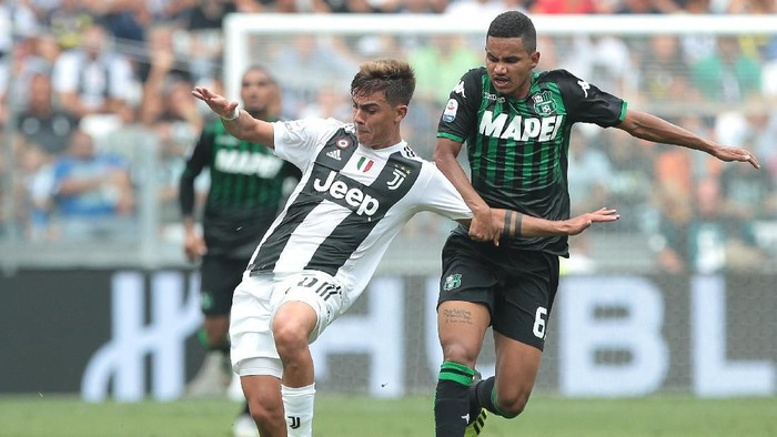 TURIN, ITALY - SEPTEMBER 16:  Paulo Dybala (L) of Juventus FC competes for the ball with Rogerio of US Sassuolo during the serie A match between Juventus and US Sassuolo at Allianz Stadium on September 16, 2018 in Turin, Italy.  (Photo by Emilio Andreoli/Getty Images)