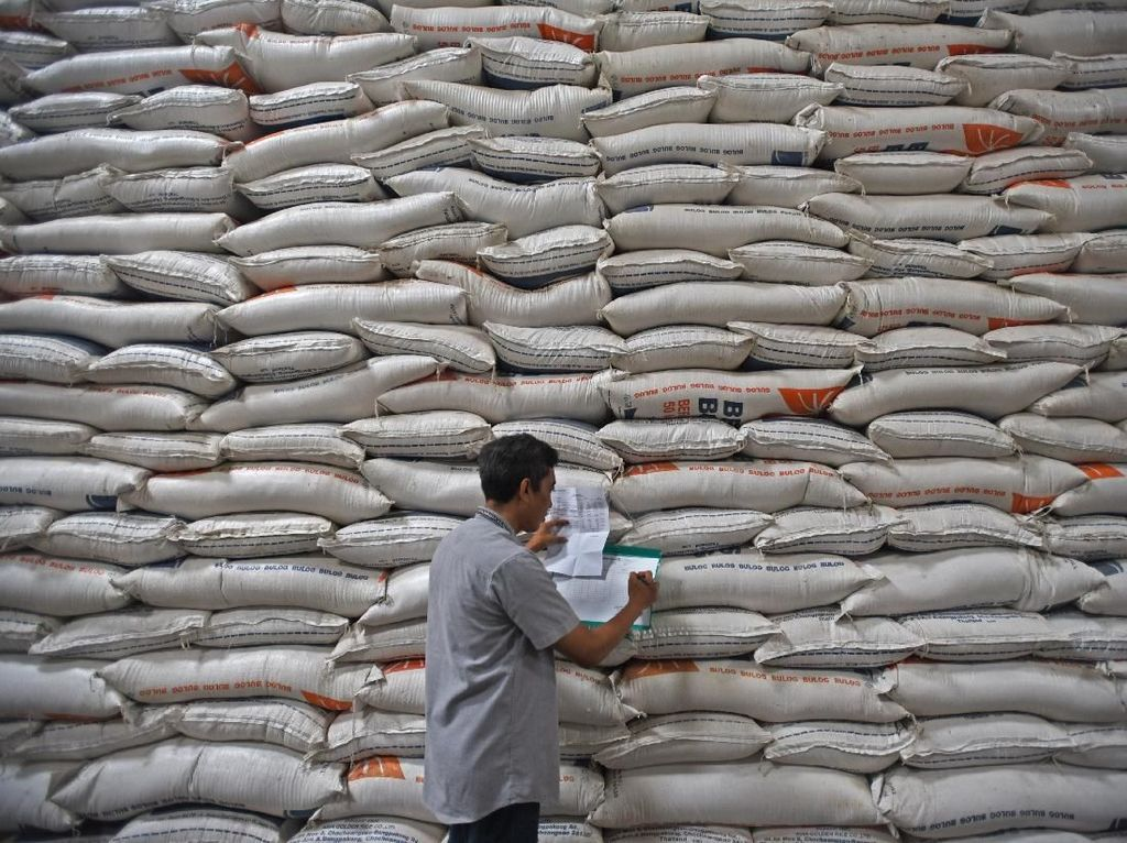 Gelar Rapat Beras, Jokowi Bela Bulog soal CBP
