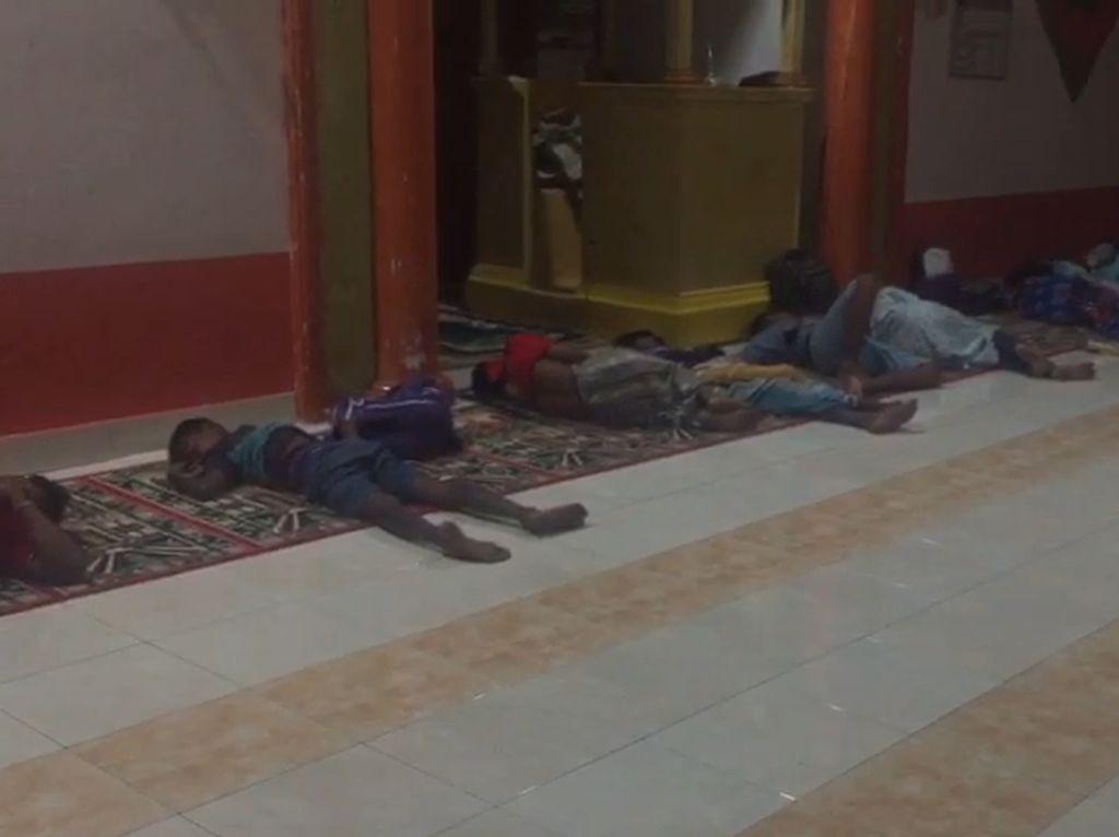 Video Warga Buton Mengungsi di Masjid Usai Bentrokan