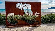 Instalasi Seni Tak Senonoh Kejutkan Turis di Pantai Ini