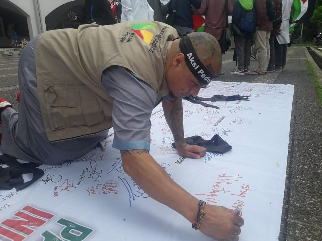 Eks Gengster Asal Kanada Ikut Aksi Bela Palestina di Pusdai Bandung