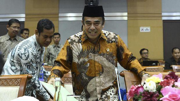 Menteri Agama Fachrul Razi (kanan) bersiap mengikuti rapat kerja dengan Komisi VIII DPR di Kompleks Parlemen, Senayan, Jakarta, Kamis (7/11/2019). Rapat kerja tersebut membahas evaluasi program dan rencana program prioritas di Kementerian Agama tahun 2020. ANTARA FOTO/Nova Wahyudi