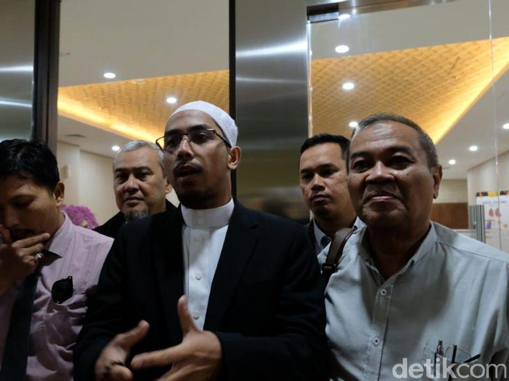 Ustaz Maaher Laporkan Balik Abu Janda Terkait Pencemaran Nama Baik