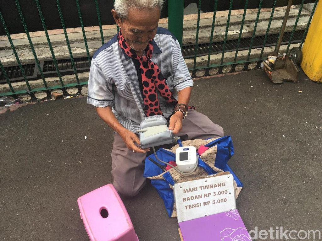 Mensyukuri Hidup ala Kakek Penjual Jasa Timbang Badan di Stasiun Bogor