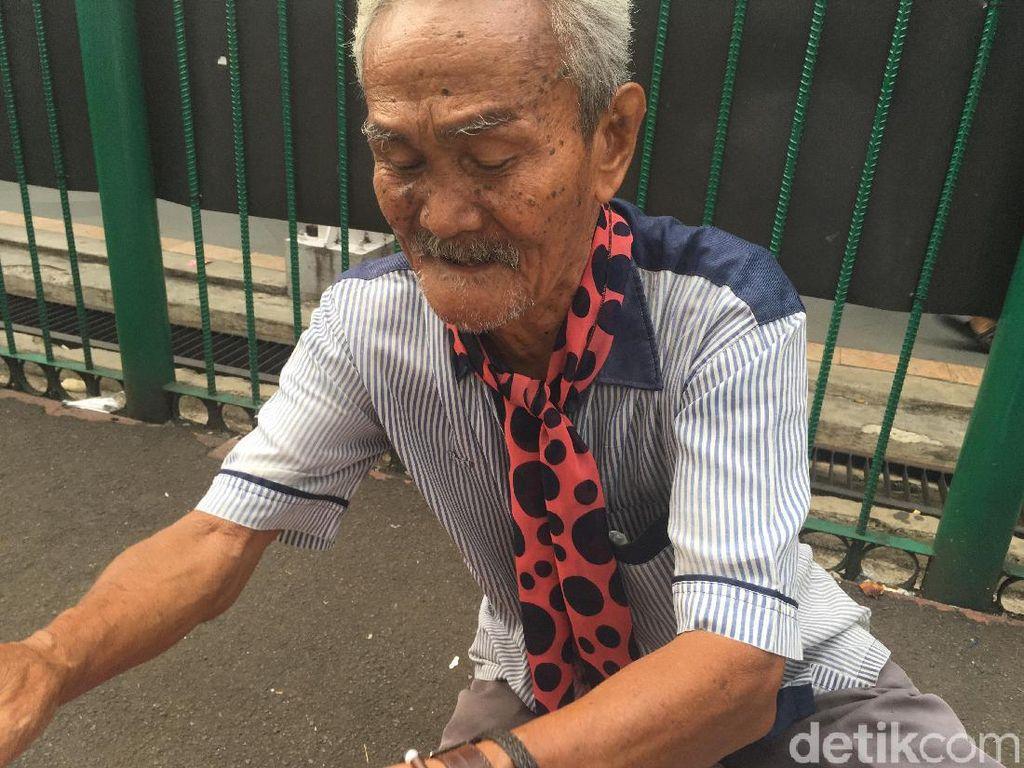 Jarang Sakit, Ini Rahasia Kakek Penjual Jasa Timbang Badan di Bogor