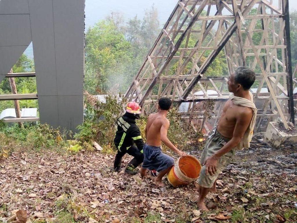 Landmark Padang di Puncak Gunung Padang Terbakar