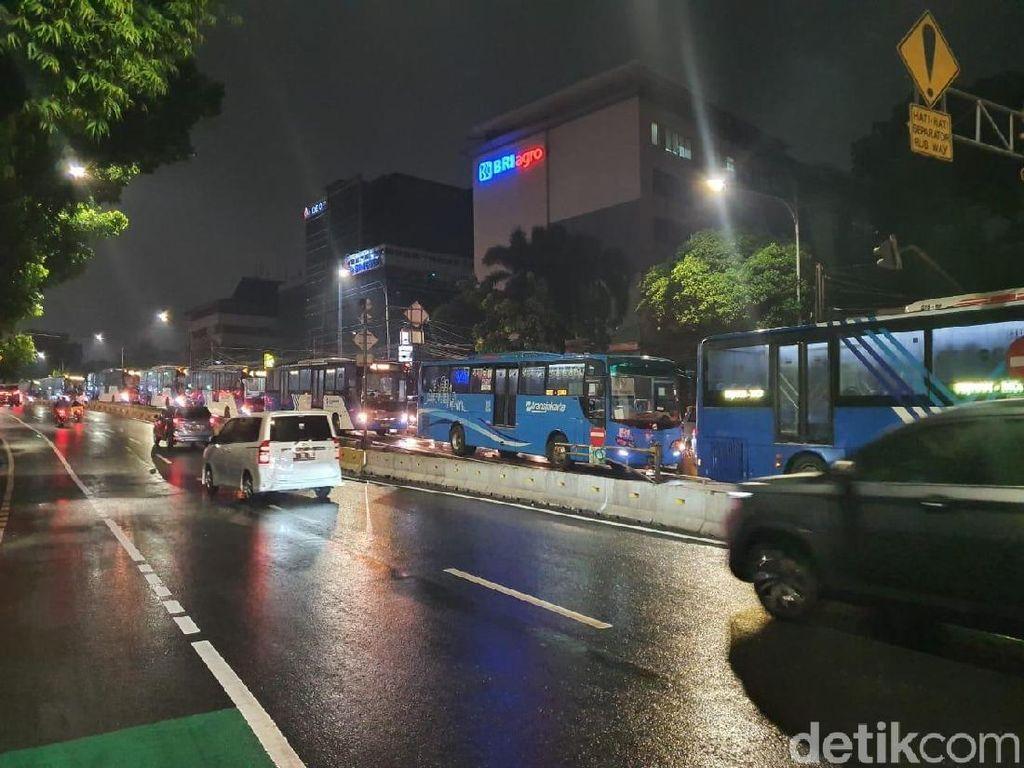 Reklame Roboh, TransJ Terapkan Contraflow Busway Warung Buncit-Ragunan