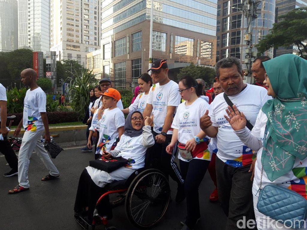 Mensos Ikut Gerak Jelan Sehat Peringati Hari Disabilitas Internasional