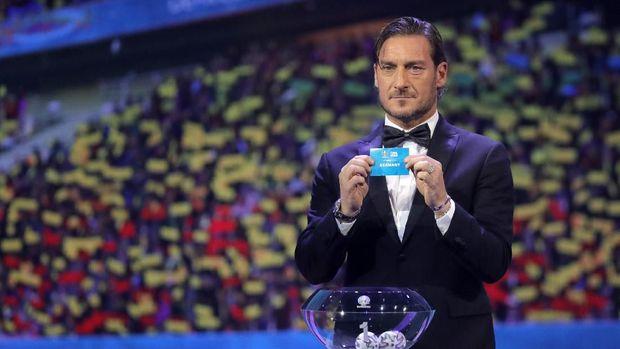 Francesco Totti saat menarik keluar nama Jerman.