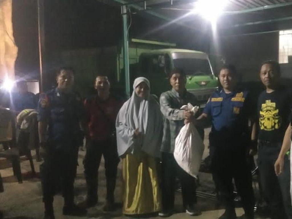 Petugas Damkar Makassar Evakuasi Sarang Tawon di 4 Lokasi