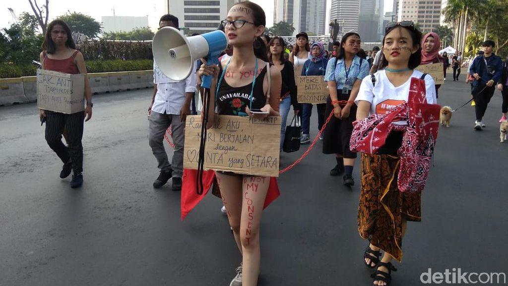 Para Perempuan Terlihat Lebam, Dirantai, tapi Melawan Kekerasan