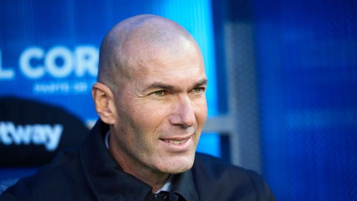 VITORIA-GASTEIZ, SPAIN - NOVEMBER 30:  Zinedine Zidane of Real Madrid CF  looks on  during the Liga match between Deportivo Alaves and Real Madrid CF at Estadio de Mendizorroza on November 30, 2019 in Vitoria-Gasteiz, Spain. (Photo by Juan Manuel Serrano Arce/Getty Images)