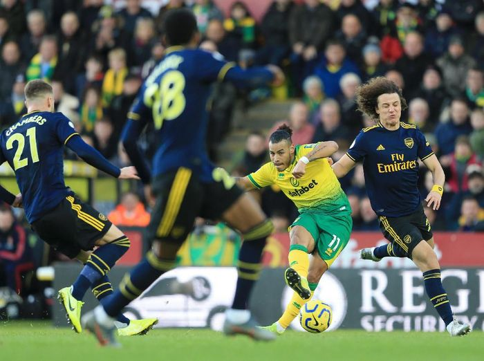 NORWICH, ENGLAND - DECEMBER 01: Onel Hernandez of Norwich City is tackled by David Luiz of Arsenal  during the Premier League match between Norwich City and Arsenal FC at Carrow Road on December 01, 2019 in Norwich, United Kingdom. (Photo by Stephen Pond/Getty Images)