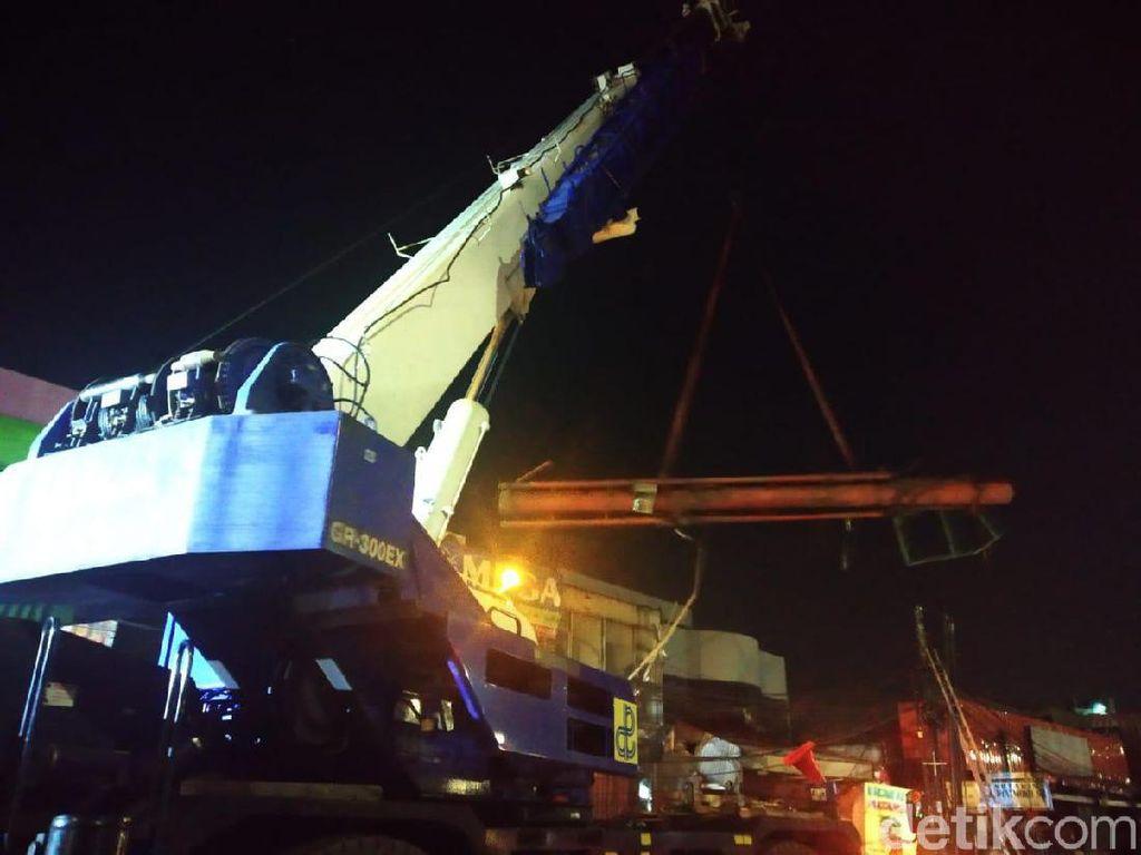 Crane Angkut Tiang Reklame yang Roboh di Warung Buncit