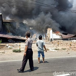 Kebakaran Gudang Kasus di Pasuruan Padam, Api dari Korsleting Kompresor