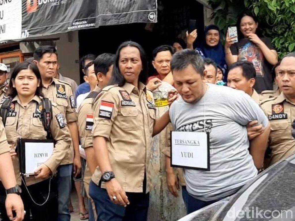 Pembunuh PNS Dicor di Palembang Dipukul Saat Rekonstruksi