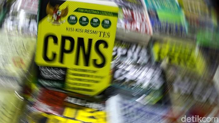 Pelamar CPNS yang lolos akan menghadapi ujian tes kemampuan dasar (TKD). Berbagai persiapan dilakukan, salah satunya berburu buku panduan.