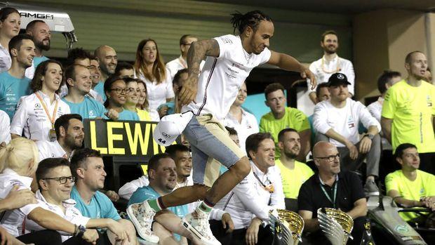 Lewis Hamilton merayakan kemenangan dan gelar juara dunia di Abu Dhabi.