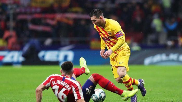 Lionel Messi memastikan kemenangan Barcelona atas Atletico di Wanda Metropolitano. (Foto: Gonzalo Arroyo Moreno/Getty Images)