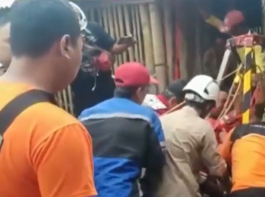 Video Evakuasi 3 Korban Gas Beracun di Dalam Sumur