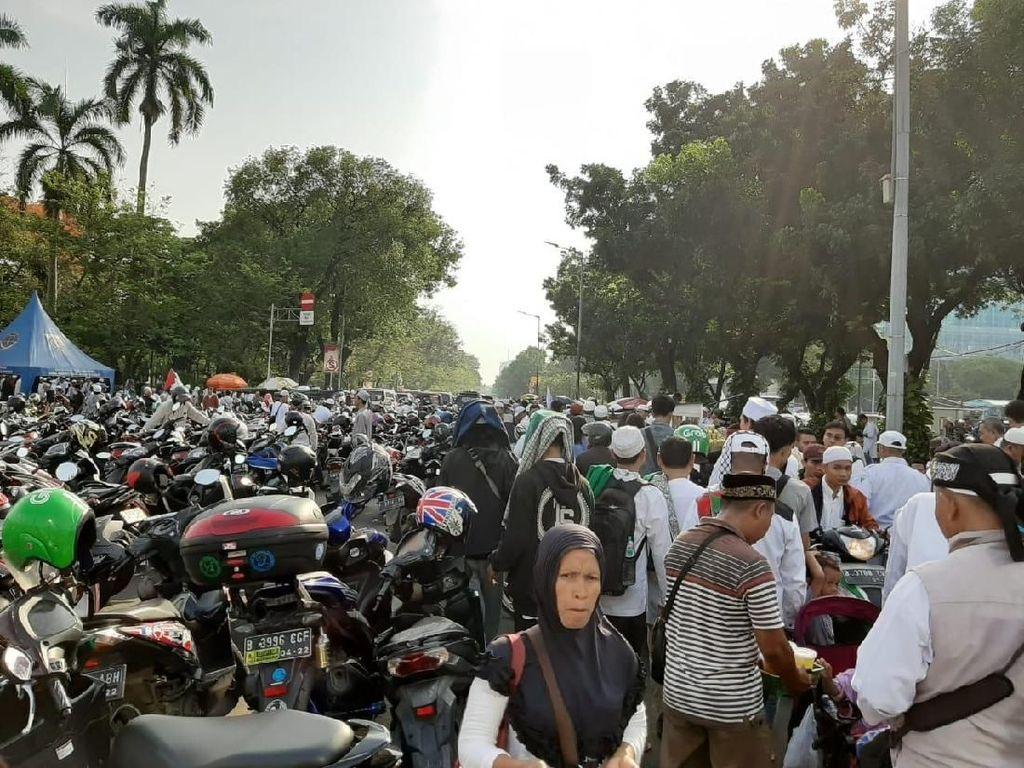 Jadi Parkiran dan Lapak PKL Saat Reuni 212, Jalan Medan Merdeka Selatan Lumpuh