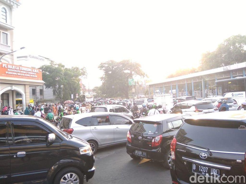 Naik KRL Turun di Juanda, Massa Reuni 212 Terus Merapat ke Monas Pagi Ini
